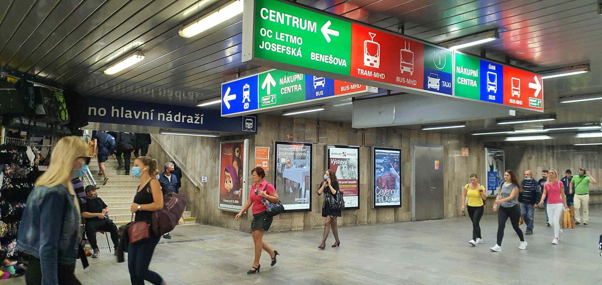 Cedule s odjezdy v pochodu pod hlavním nádražím v Brně
